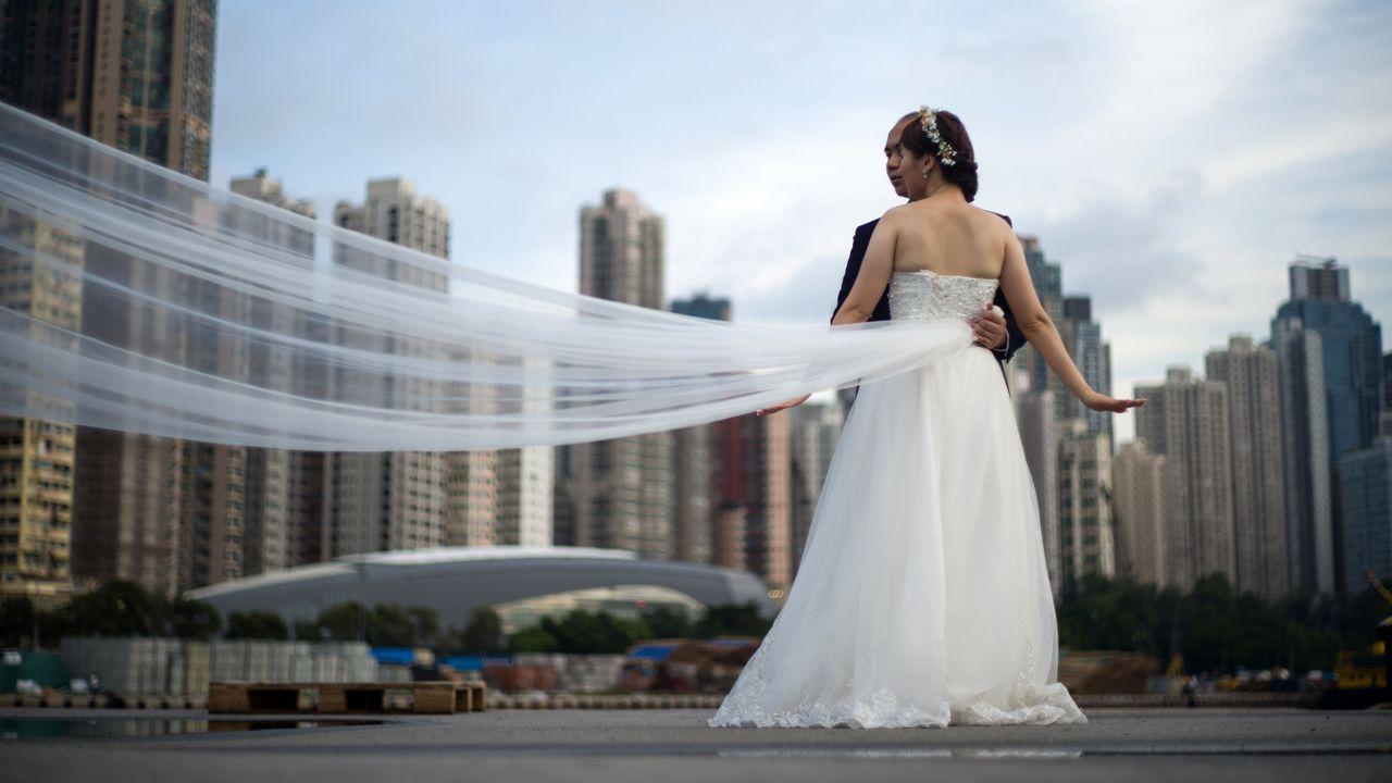 Una pareja posa durante una sesión de fotos de boda en Hong Kong