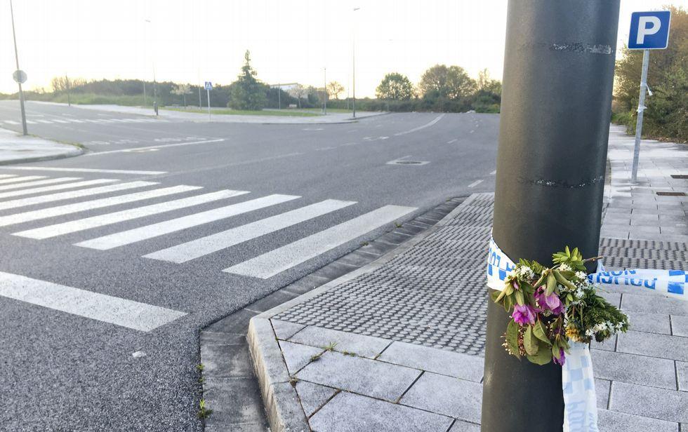 María Luisa Hermida Fernández conductora de la empresa de autobuses de Darriba.Alguien pone flores en el lugar donde apareció el coche de Tatiana Vázquez cosida a puñaladas.