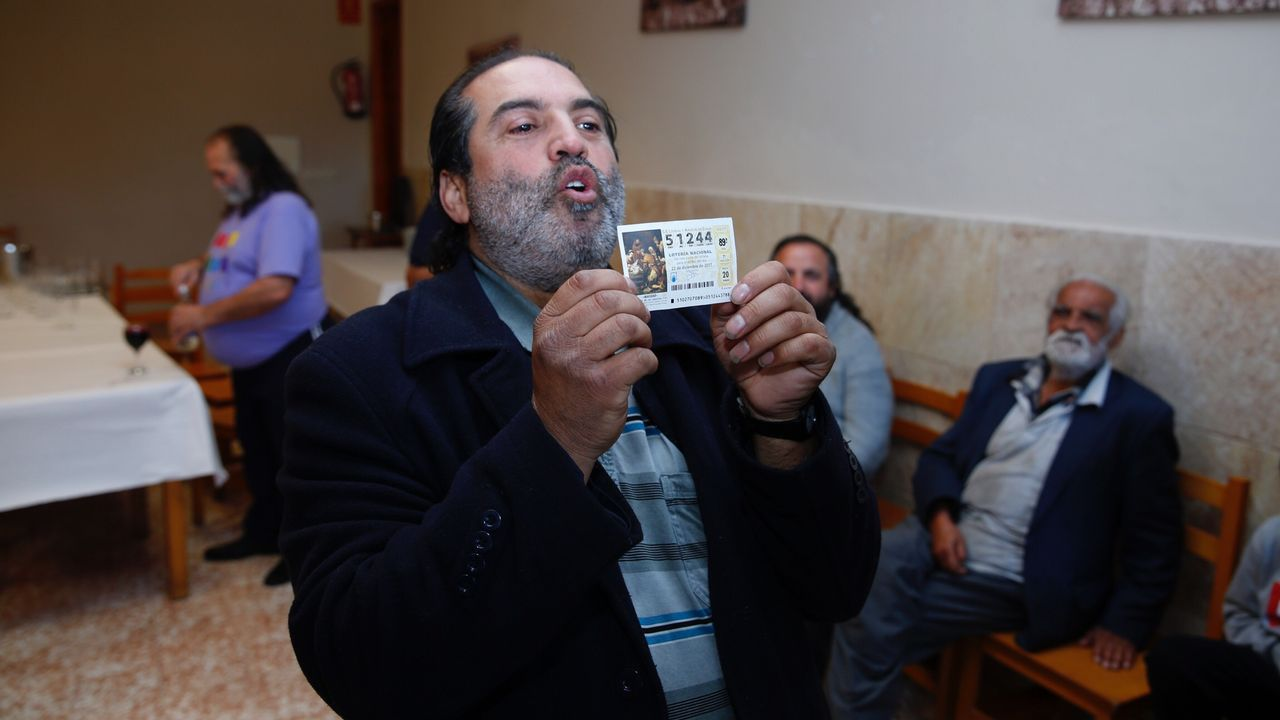 Celebración en O Vao, Pontevedra, por el segundo premio de la Lotería Nacional.
