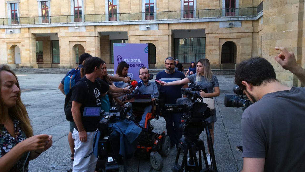 .Pablo Echenique, con Jara Cosculluela y Xuacu Rodríguez, coportavoces de Organización en Podemos Asturies, atiende a los medios de comunicación en Gijón