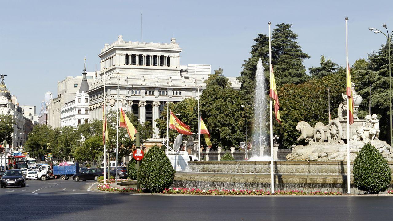.Banderas a media hasta a media asta en la Fuente de Cibeles tras los atentados ocurridos ayer en Barcelona y Cambrils