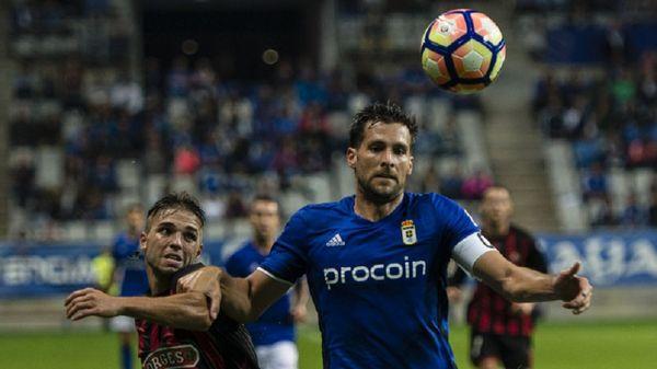 David Fernández disputa un balón ante el Reus