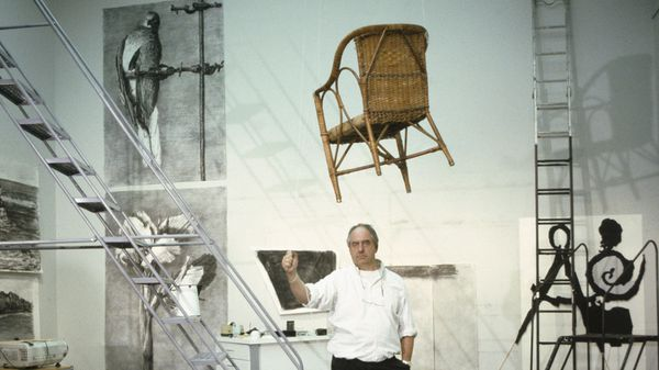 William Kentridge, rodeado de una de sus obras