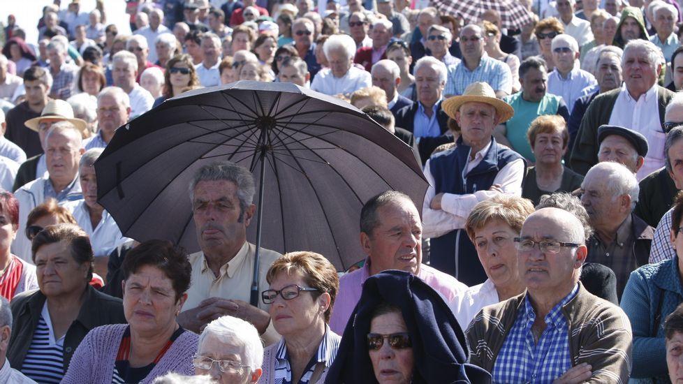 La misa al aire libre de la romería de O Faro fue seguida por un gran número de personas