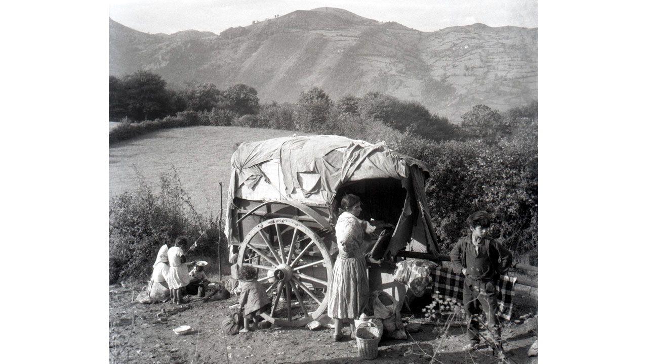 Campamento gitano en Sograndio, 1965