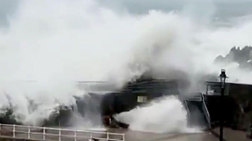 Hugo causa destrozos en el dique de Cudillero