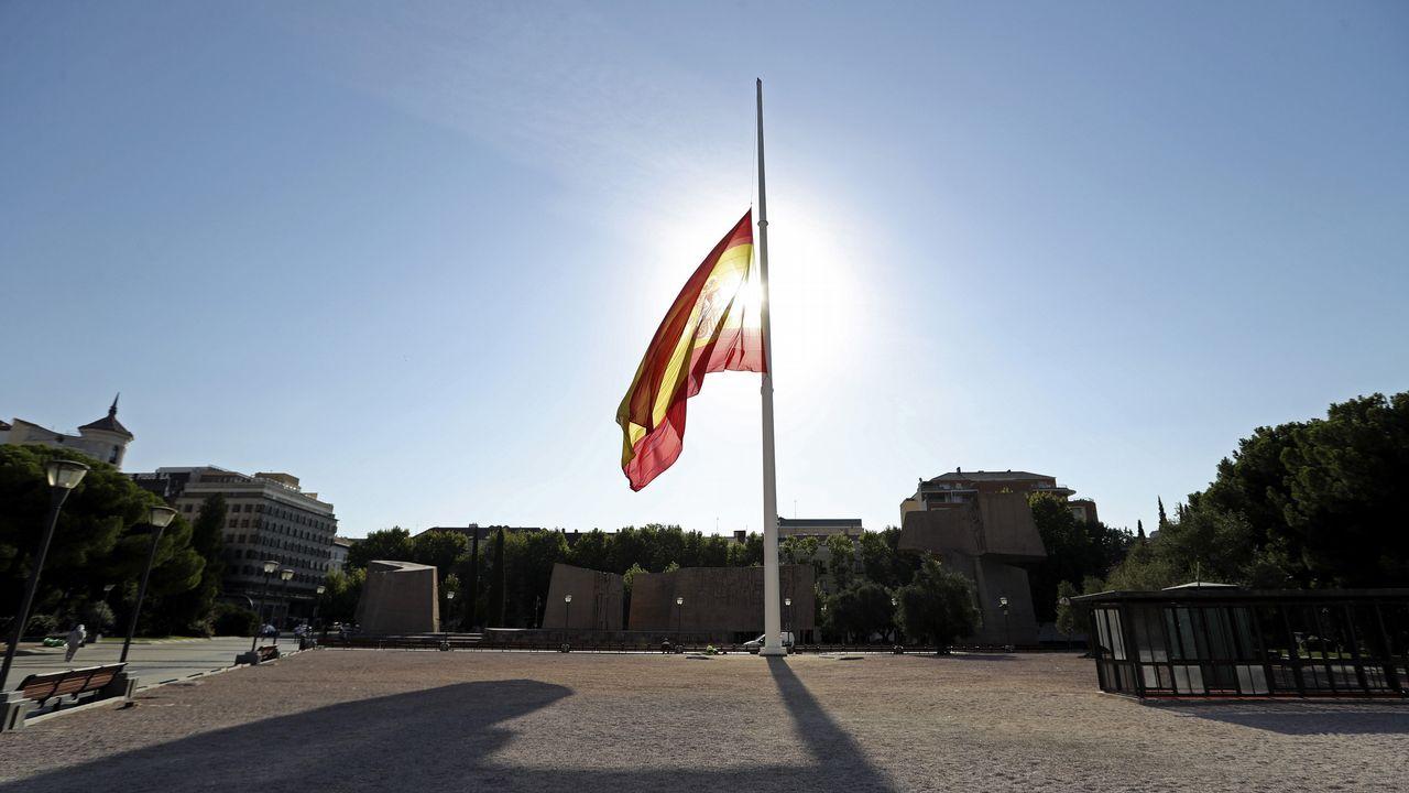 .La bandera de la Plaza de Colón de Madrid ondea hoy a media asta en homenaje a los víctimas de los atentados terroristas cometidos ayer en Barcelona y esta madrugada en Cambrils
