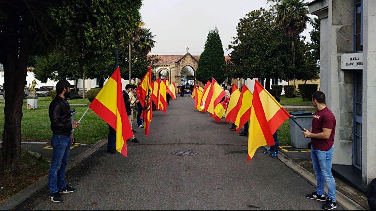 Acto de la Hermandad de Defensores de Oviedo en el cementerio