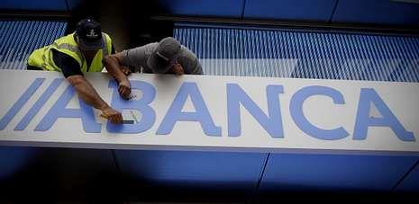 La nueva imagen del banco se cambió en apenas 24 horas en 630 oficinas y edificios, empleando 8.500 metros en rótulos.
