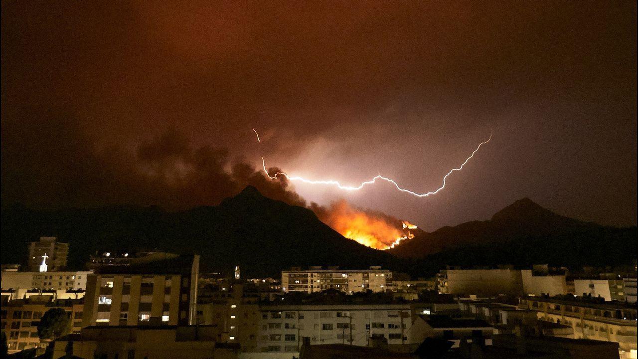 Trabajo sin descanso para intentar controlar el incendio de Llutxent por el cual más de 3.000 vecinos han sido desalojados.Ruiz de Galarreta en un Barcelona B-Alcorcón de la 17/18