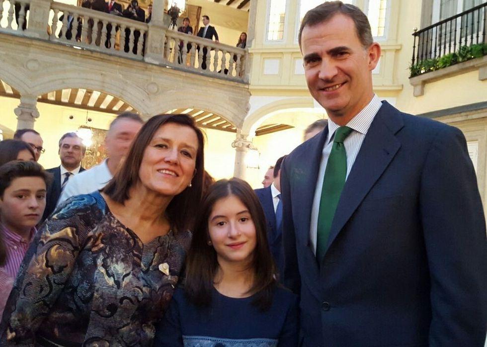 La llegada de los reyes de Jordania a España.A moza sarriá Naila González coa súa nai, Ana Rodríguez, e o rei Felipe VI no Pazo do Pardo.