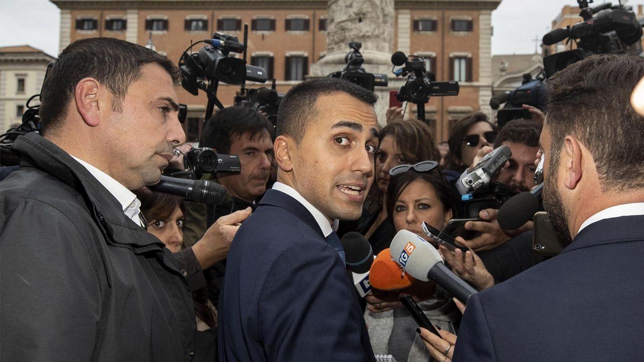 Un eurodiputado italiano pisotea los papeles de Moscovici.Los relojes atrasarán sus manecillas esta noche