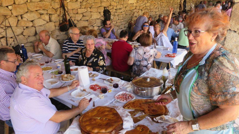En los cobertizos de piedra situados junto al santuario de Cadeiras, en Sober, se celebraron animadas comidas