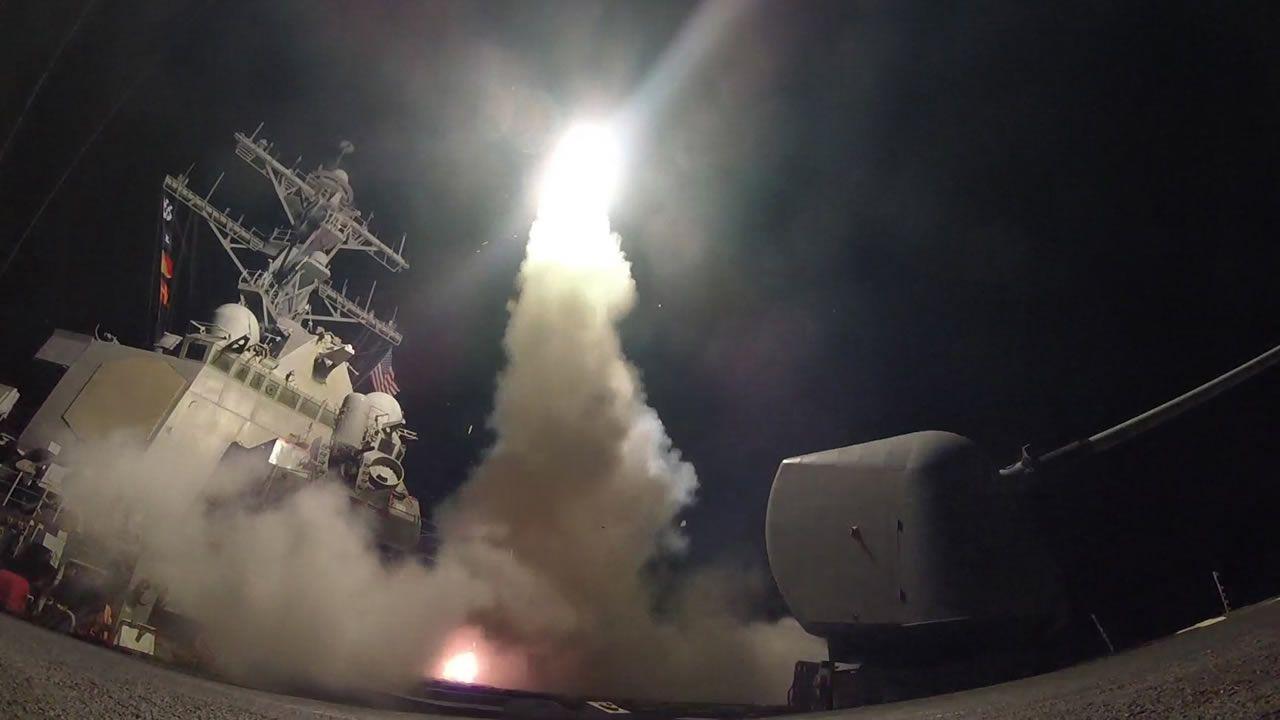 Momento del lanzamiento de un misil autodirigido desde el destructor USS Porter