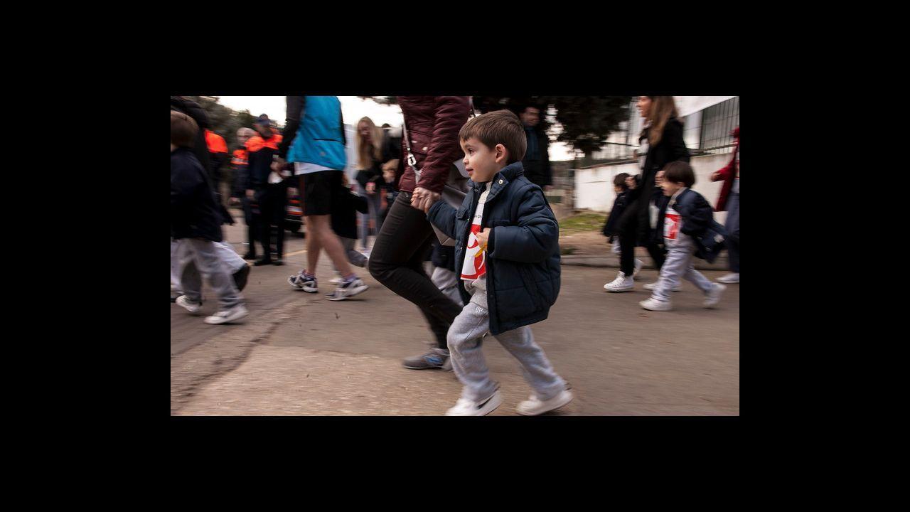 Carrera en favor de Save The Children: ¡mira cómo fue en Baio!.Un policía y un guardia civil saludan a uno de los 137 menores que llegaron a Algeciras en el barco de Open Arms