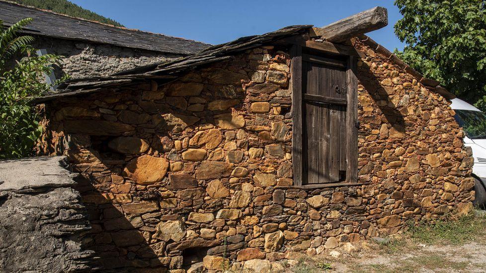 Las construcciones  tradicionales de Nogueira aprovecharon los piedras de los aluviones procedentes de las minas romanas