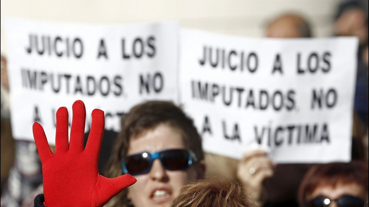 Así de contundente ha sido la fiscalía contra «La Manada».Imagen del encuentro entre la víctima y La Manada emitida ayer por el programa «Expediente Marlasca»