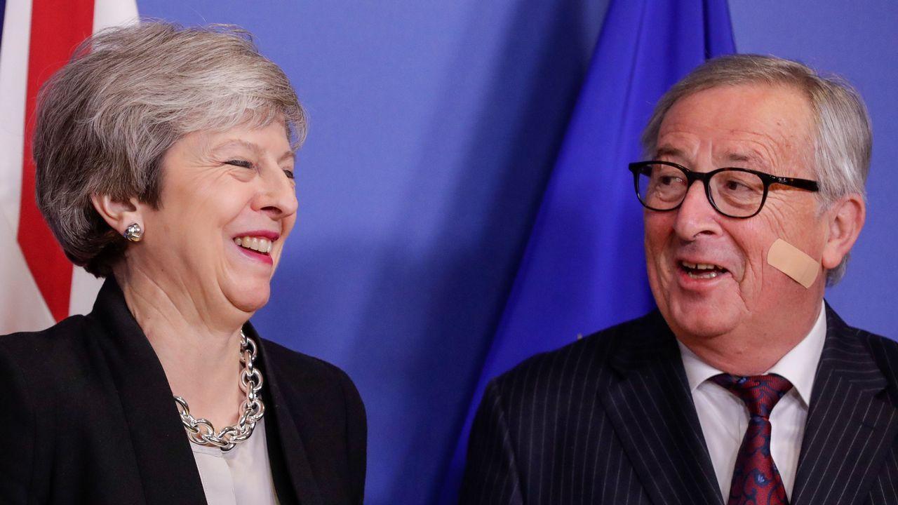 Juncker bromea con May pese a la alta tensión que sacude la relación entre el Gobierno británico y la UE