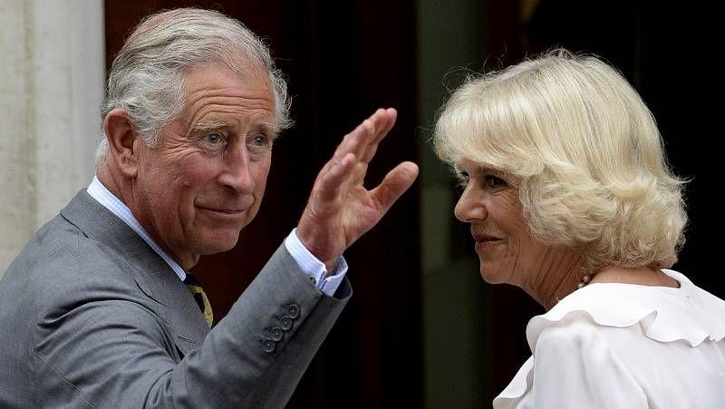Los Duques de Cambridge presentan a su hijo.Los príncipes Guillermo, Jorge y Carlos, con la reina Isabel.