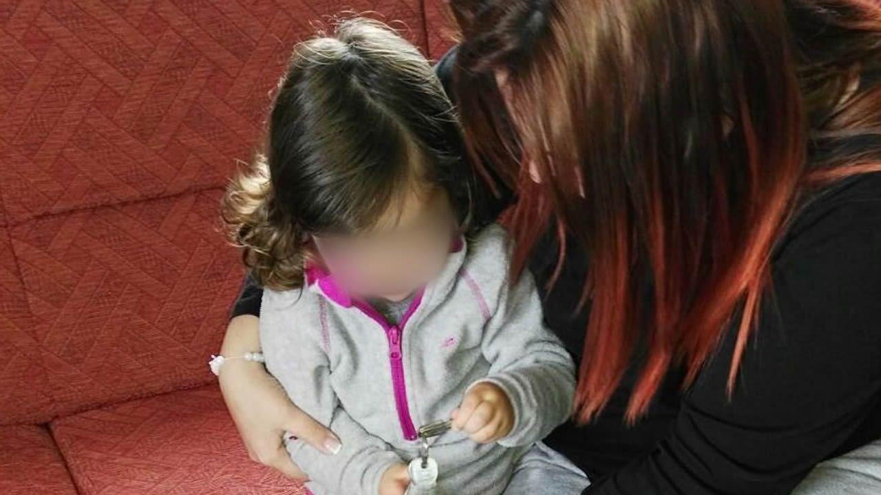 Susana, con su pequeña, y con parte de la documentación tramitada
