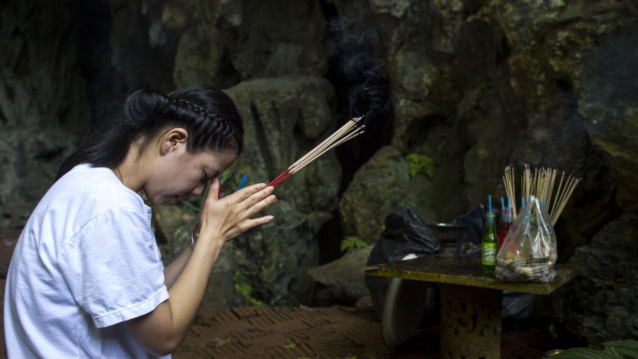 Plegarias de las familias cerca de la cueva donde permanecen atrapados los doce niños y su entrenador.