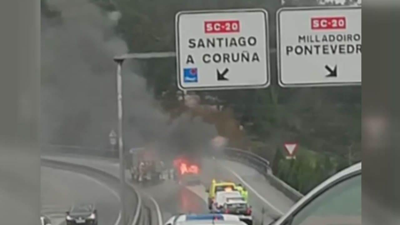 Los Bomberos apagan un coche que estaba ardiendo en la salida de Milladoiro de la AG-56