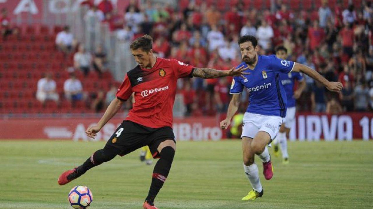 Tejera Christian Fernandez Real Oviedo Nastic Carlos Tartiere.Toché presiona a Raíllo en el Mallorca-Oviedo de la 16/17