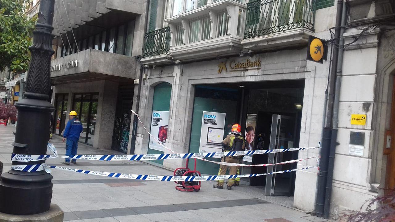Los bomberos intervienen en un edificio de la calle Uría de Oviedo por una fuga de monóxido de carbono