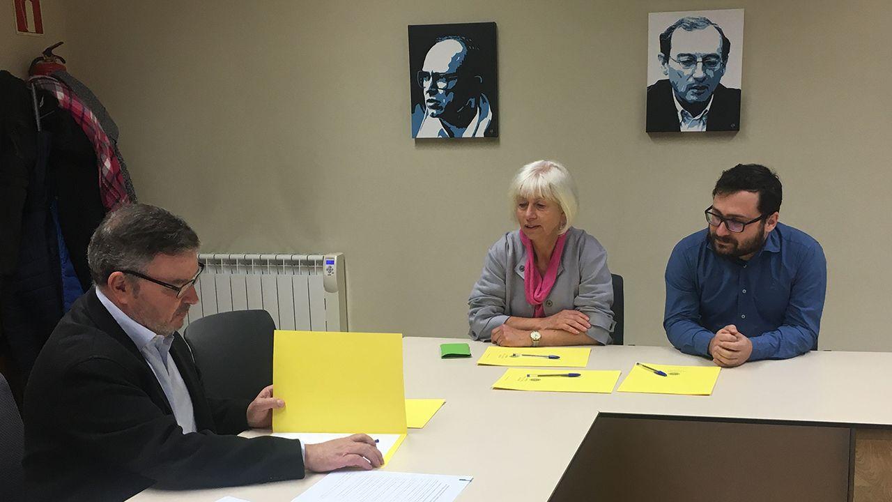 Reunión de la candidata de IU a la alcaldía de Oviedo, Concha Masa, con el presidente de la Academia de la Llingua, Xosé Antón G. Riaño.