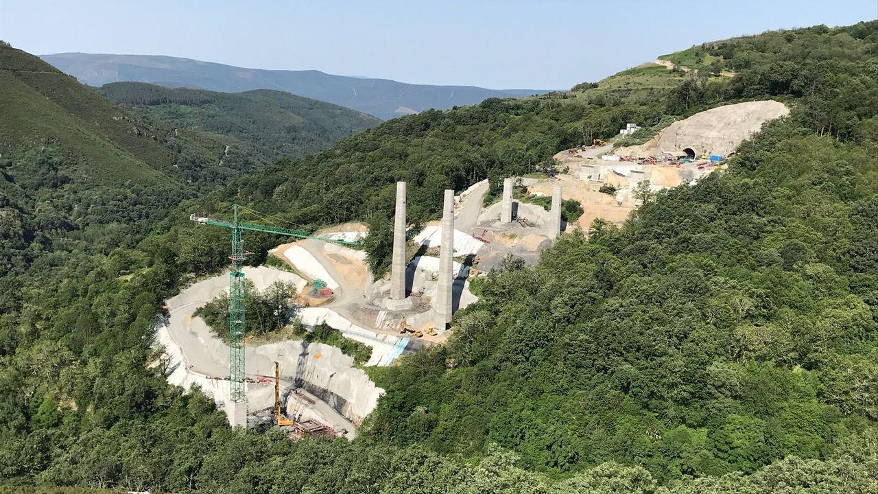 Junio del 2018: medio año después de que se reiniciaran las obras empezaban a asomar las primeras pilas de los dos viaductos paralelos