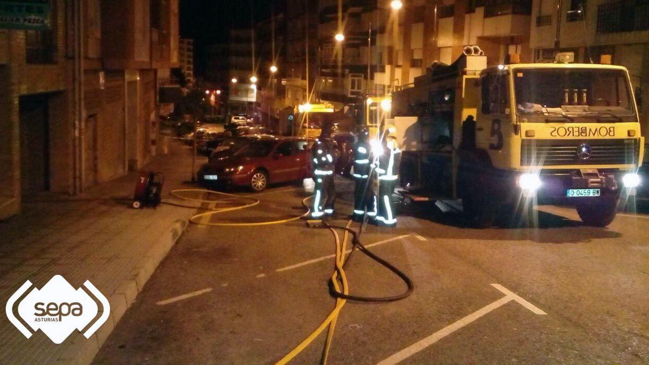 Los bomberos extinguen un incendio en un garaje de Pravia.Los bomberos extinguen un incendio en un garaje de Pravia