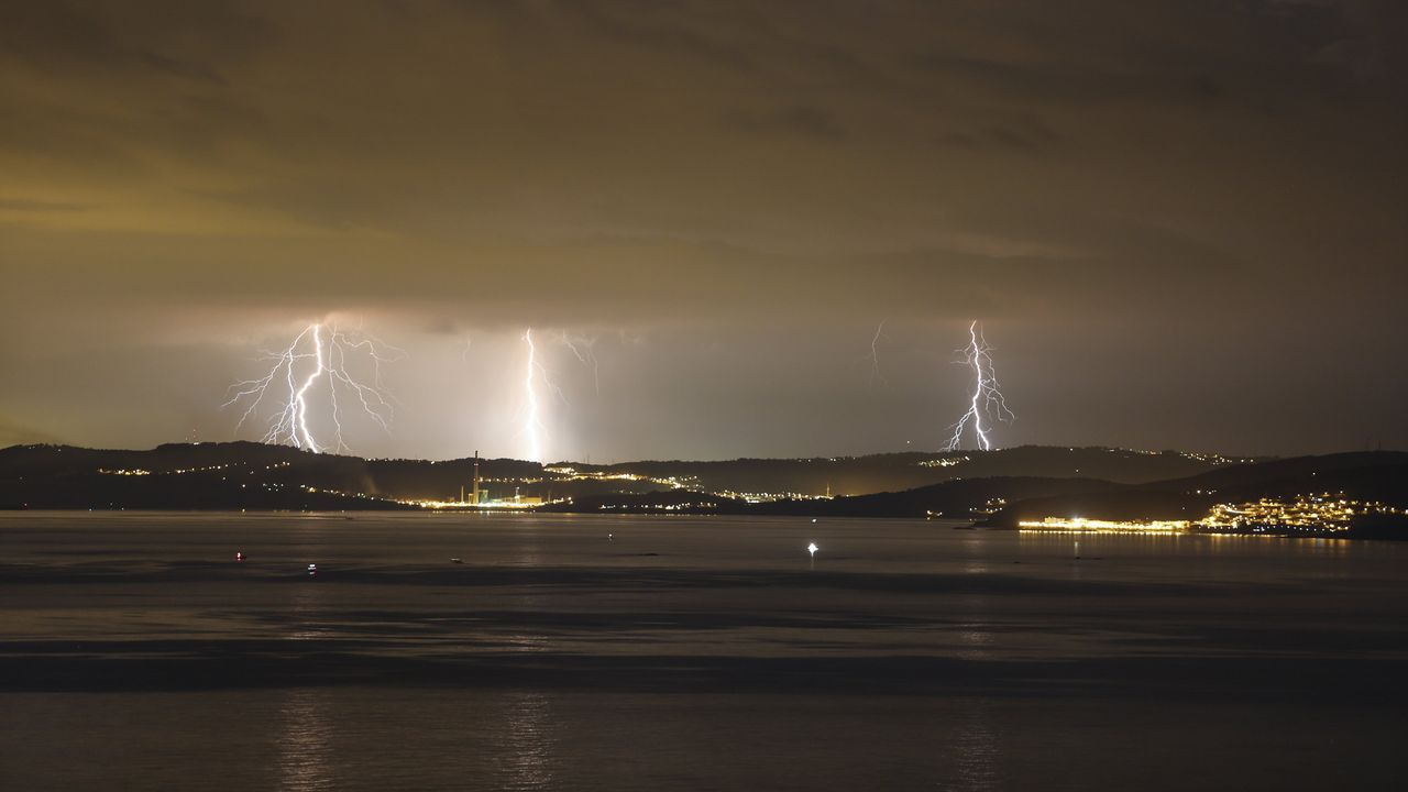 Tormenta y rayos cayendo en As Cancelas.La playa de San Lorenzo de Gijón
