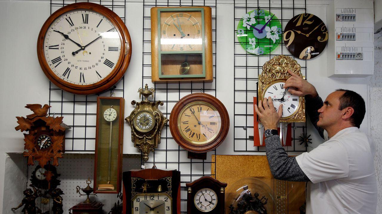 España mantendrá su huso horario actual y cambio de hora estacional.Los relojes atrasarán sus manecillas esta noche