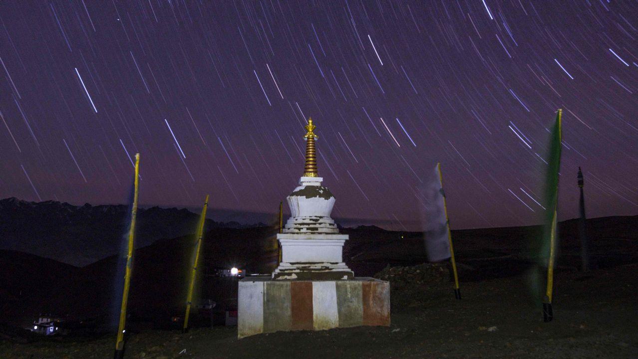 Nieve cayendo sobre el monasterio de Tnagyud Gompa, en el Himalaya, situado a 5.500 metros de altura
