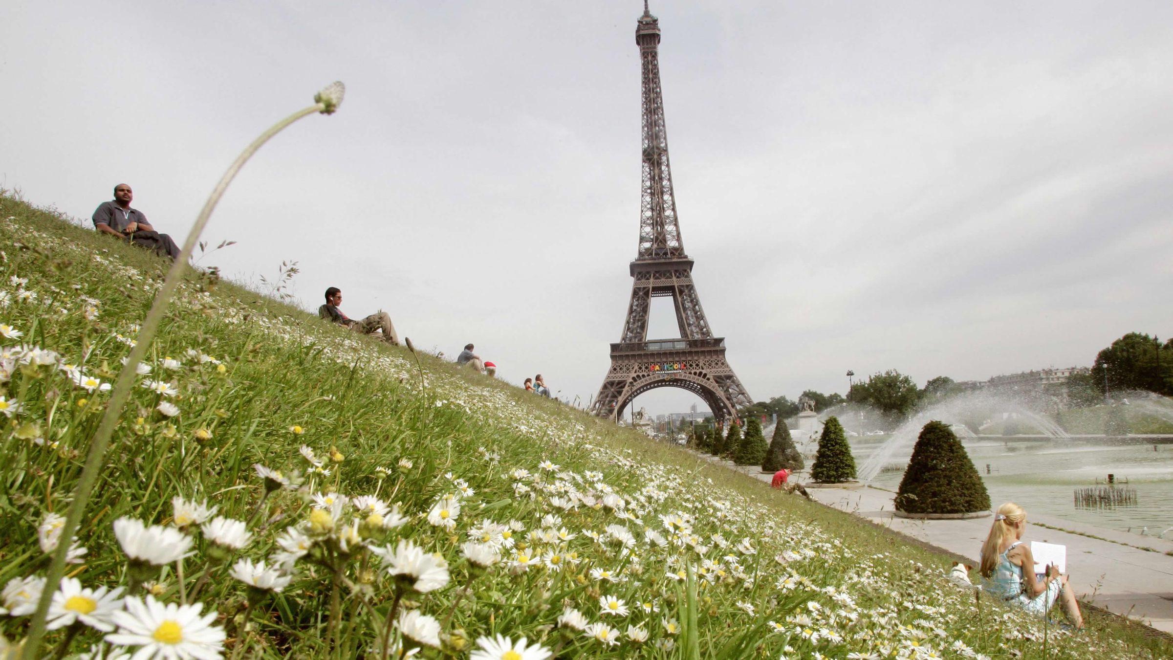 Los precios en la Torre Eiffel de París dependen de si el turista opta por subir en ascensor o afrontar los escalones
