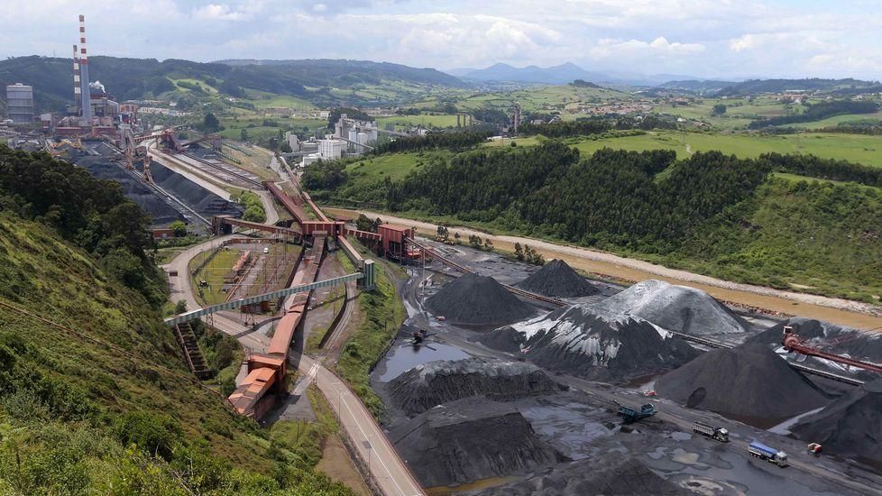 Vista del parque de carbones y de la central térmica de Aboño