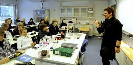 Una profesora impartiendo clase en un instituto de Helsinki. Finlandia sigue en los primeros puestos del informe PISA.