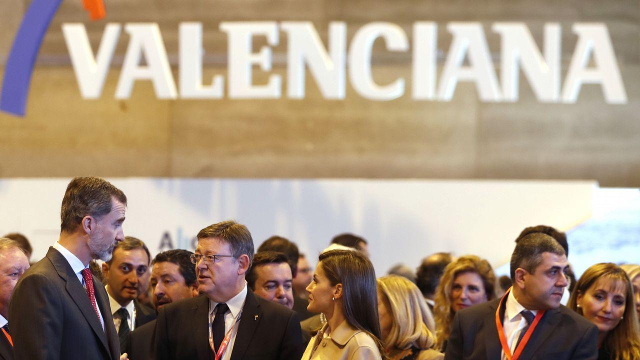 .Felipe VI y Letizia hablan con el presidente valenciano, Ximo Puig