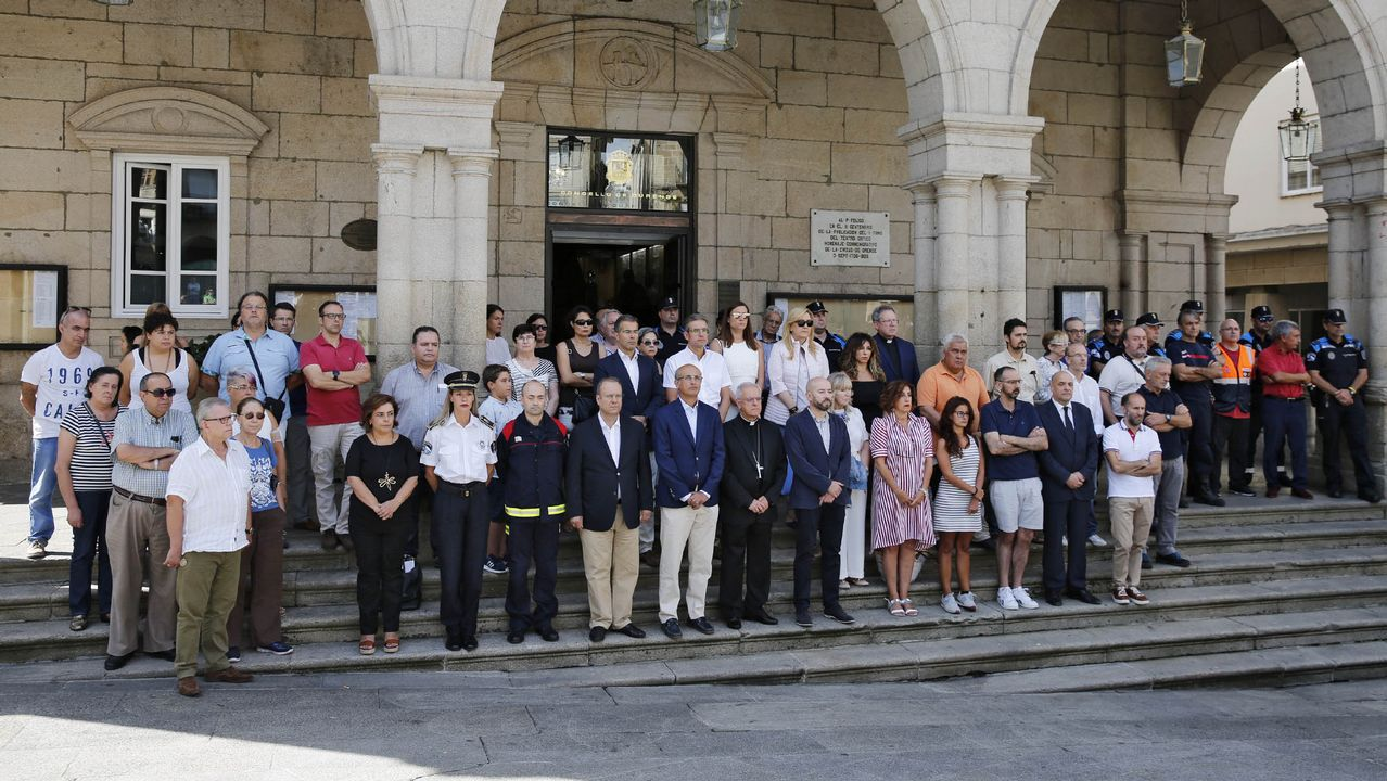 .Concentración delante del concello de Ourense en repulsa por los atentados de ayer en Barcelona y Cambrils