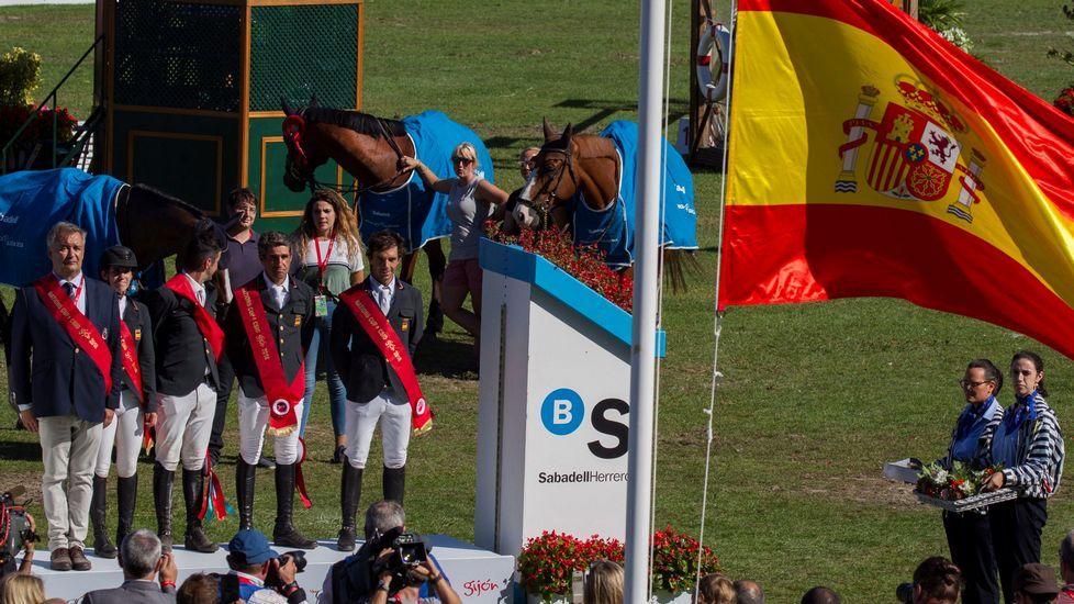 .El equipo español compuesto por los jinetes Laura Roquet (2i), Mikel Aizpurúa (c), Manuel Fernández Saro (2d) y Eduardo Álvarez Aznar (d) acompañados del jefe de equipo, Marco Fuste (i), tras imponerse en la Copa de Naciones del Concurso de Saltos Internacional Oficial de España que se disputa en el hipódromo de Las Mestas, en Gijón.
