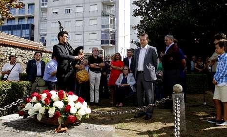 Franco inaugura la Cruz de los Caídos en O Castro.Fina Martínez, hija del alcalde vigués fusilado en 1936 -sentada-, acudió al acto institucionel.