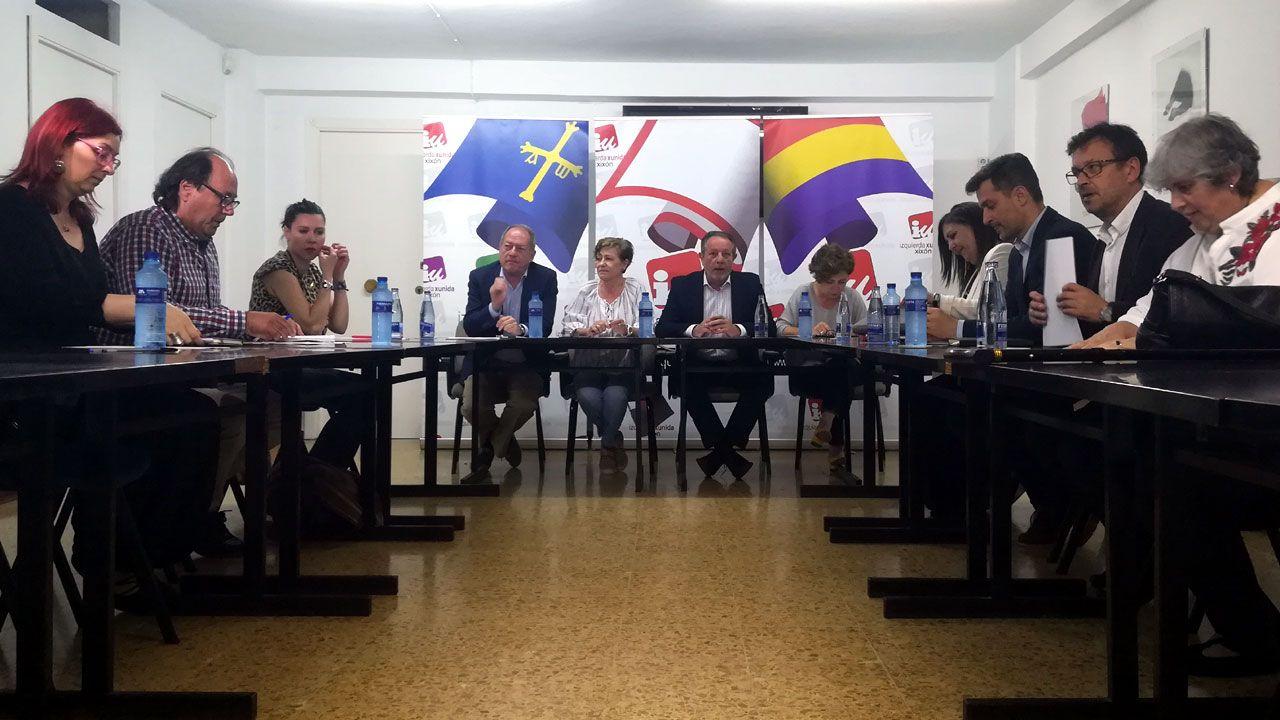 .Representantes de XsP, IU y PSOE en la reunión mantenida por las tres formaciones en la sede de IU para debatir la moción de censura