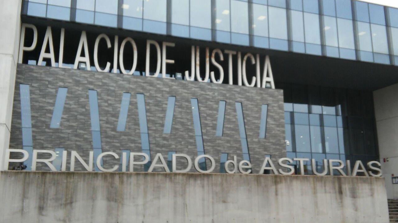 Palacio de Justicia del Principado de Asturias.Manuel Fraga, ministro de Gobernación y el presidente guineano, Macías Nguema durante la firma del acta de independencia
