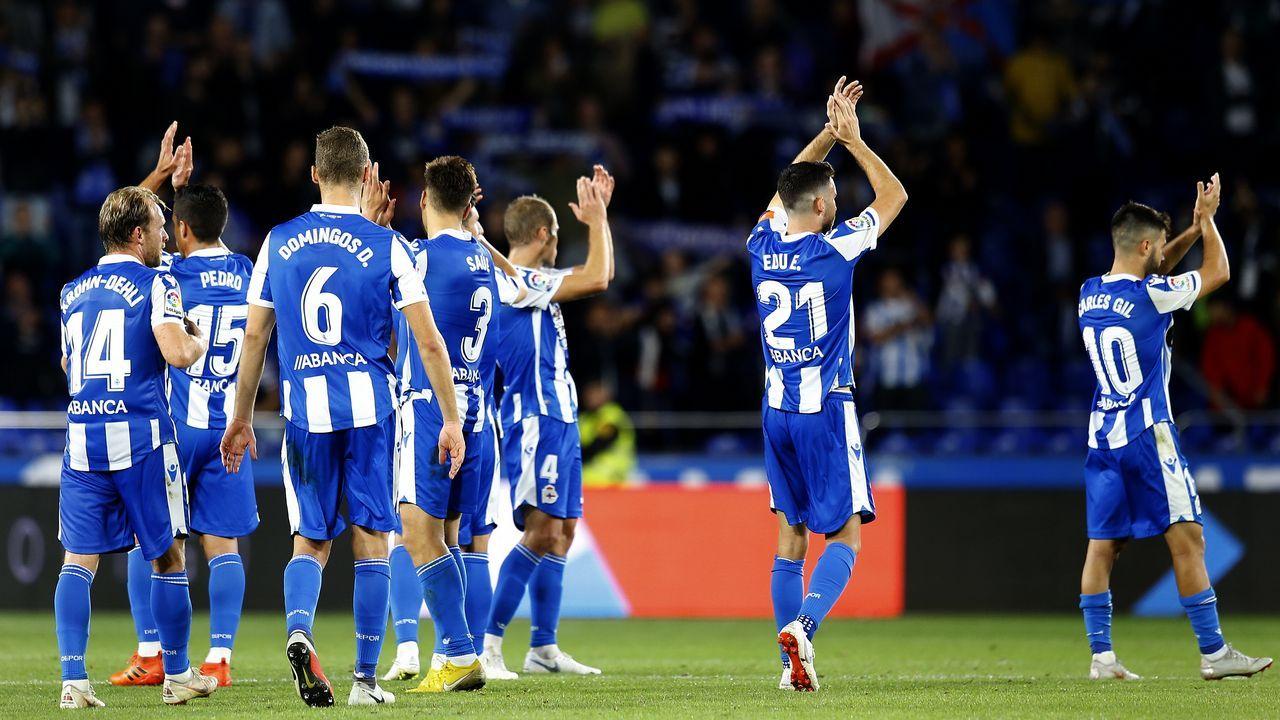 Los deportivistas saludan a la afición tras el partido del pasado viernes