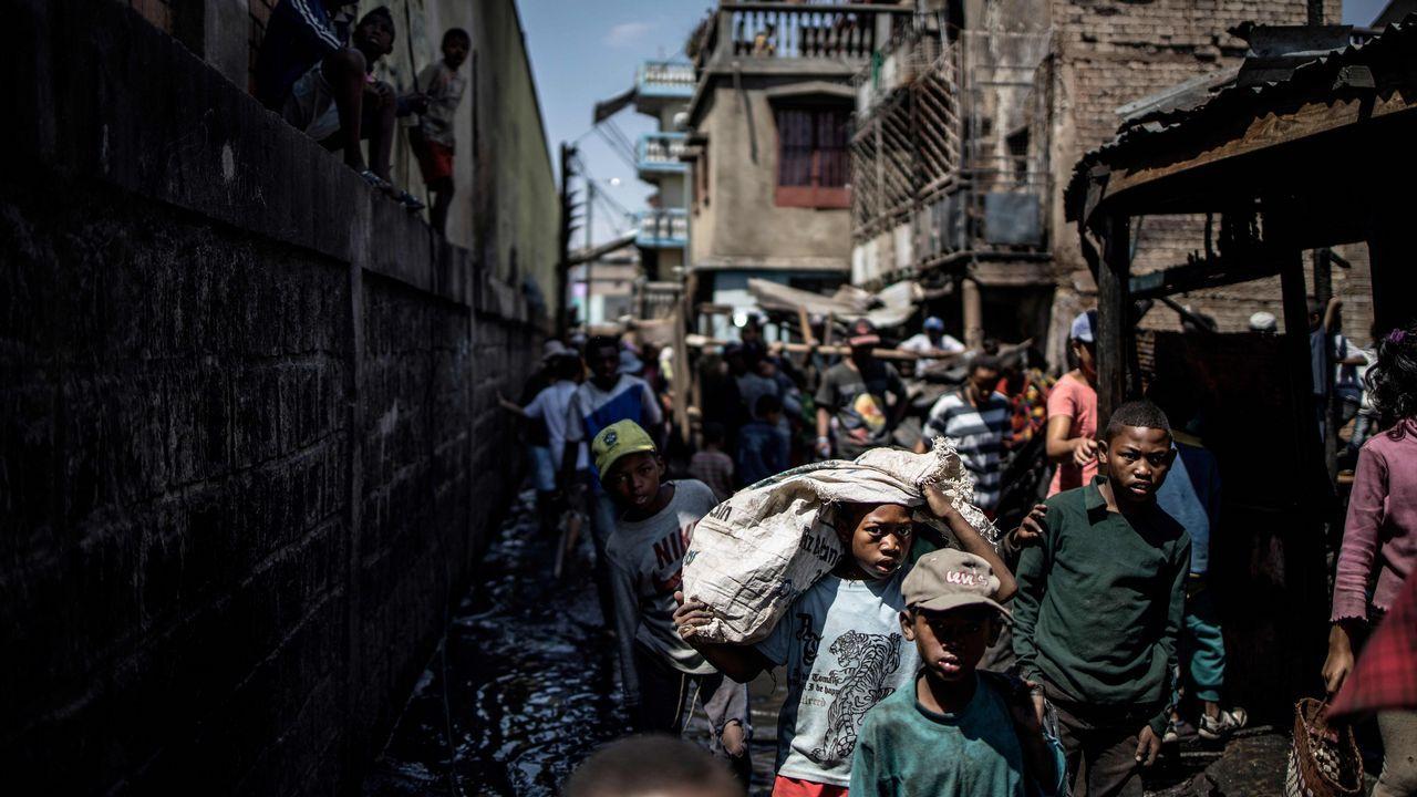 Un grupo de personas tratan de salvar sus pertenencias tras un incendio en el mercado central Anosibe, en Antananarivo (Madagascar)