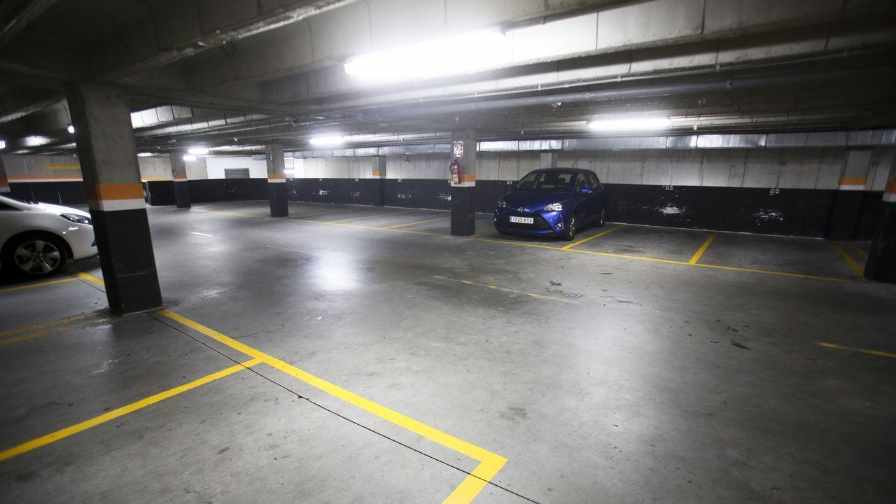 Pese a ofrecer una hora de estacionamiento gratuito por comprar en el mercado, los dos párkings subterráneos de Irmandiños y A Madalena se encuentran semivacíos
