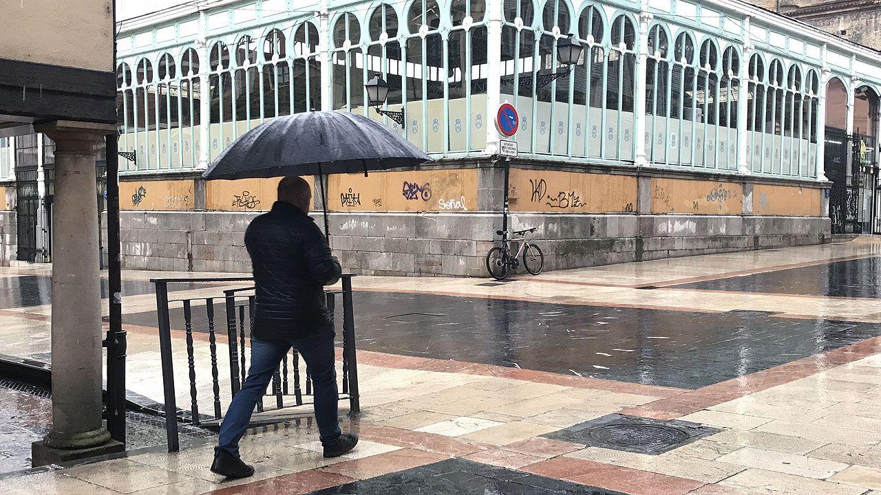 El temporal de lluvia barre Oviedo.Dely Valdés, izquierda, en su presentación