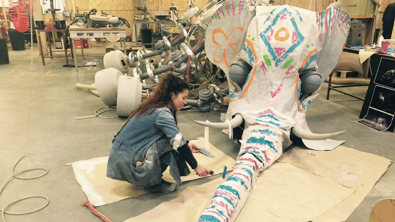 La ministra Reyes Maroto, de compras por Vigo.Rut pintando una de las piezas de la película «El Hogar de Miss Peregrine», de Tim Burton