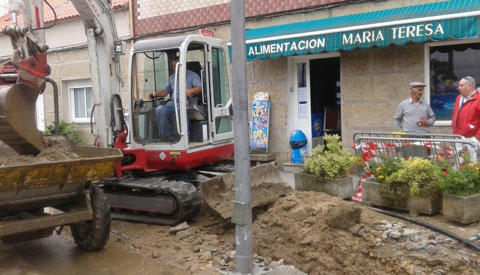 Un error llevó a agujerear una de las tuberías de la red general de aguas en Terra de Porto.