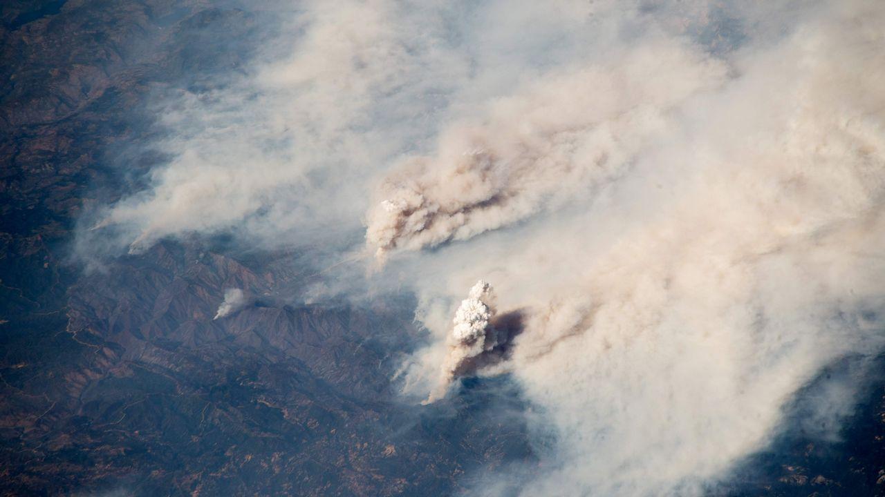 Foto tomada por el astronauta y geofísico Alexander Gerst desde la Agencia Espacial Europea de los incendios en California vistos desde la estación